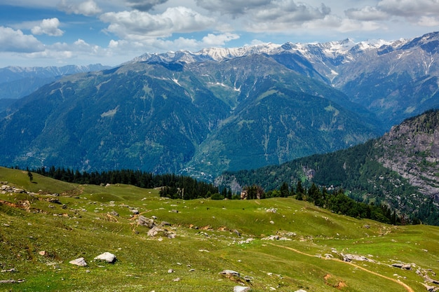 Primavera no vale de kullu nas montanhas do himalaia himachal pradesh índia