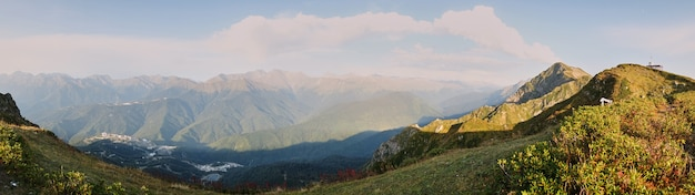 Primavera paisagem montanhosa. recurso krasnaya polyana red meadow. rússia.