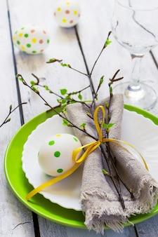 Primavera páscoa tabela definindo na mesa de madeira branca com placas
