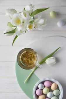 Primavera plana leigos em tons pastel, tulipas brancas e ovos