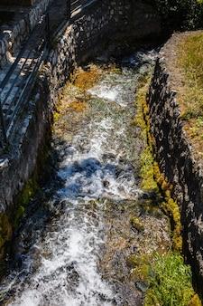 Primavera pura de montanha ou fluxo com água fria