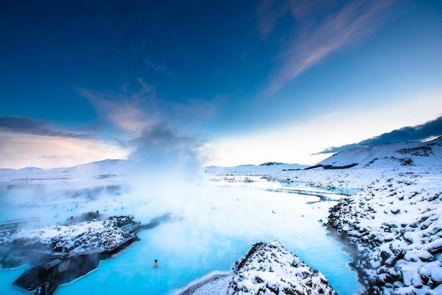 Primavera quente de lagoa azul na islândia