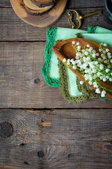 Primavera tempo mesa de madeira lírios do vale