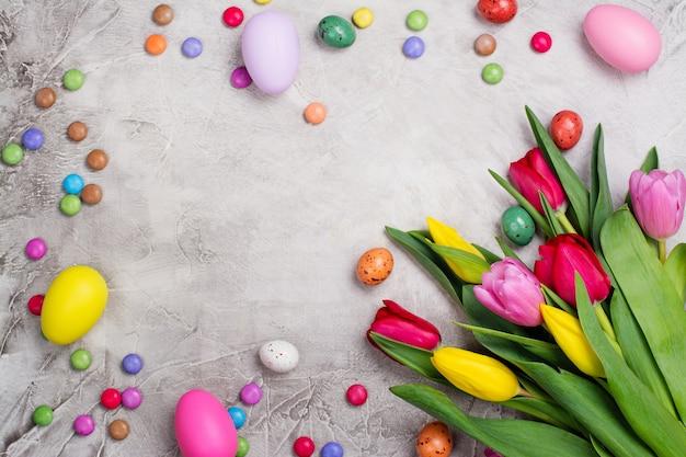 Primavera tulipas e ovos de páscoa