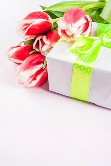 Primavera . tulipas flores em branco com caneca de café. cartão