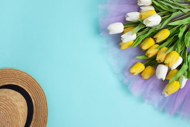 Primavera tulipas flores fundo azul verão primavera senhora chapéu cópia espaço vista superior