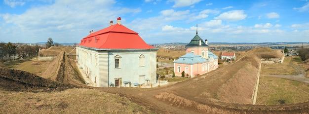 Primavera vista panorâmica do antigo castelo de zolochiv (ucrânia, região de lviv, estilo holandês, construído em 1634-36 por jakub sobieski). imagem de costura de cinco tiros.