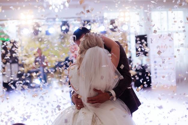 Primeira noiva de dança em um restaurante