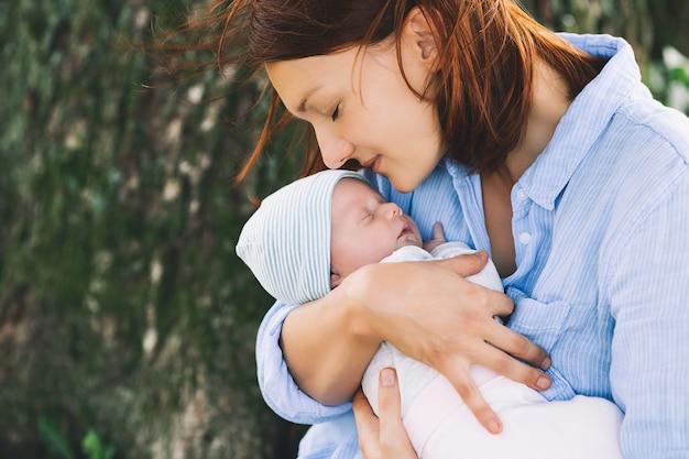 Primeira semana de vida do bebê feliz maternidade e família harmoniosa