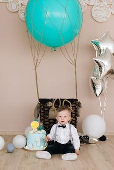 Primeiro aniversário do bebê. o bebê sorridente fofo tem 1 ano de idade. o conceito de uma festa infantil com balões