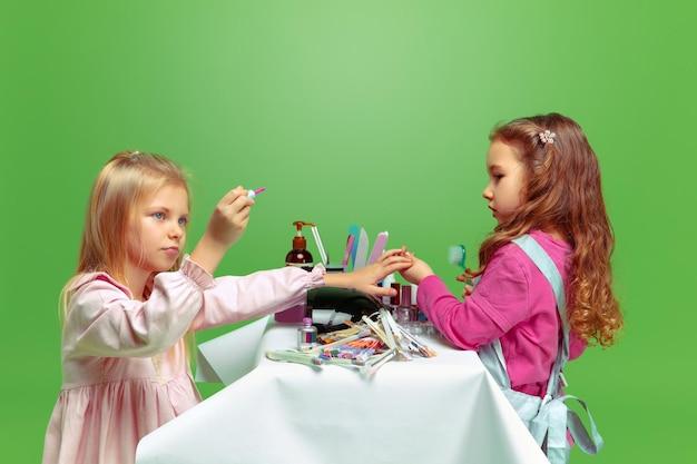 Primeiro cliente. menina sonhando com a profissão de artista de unhas. infância, planejamento, educação, conceito de sonho.