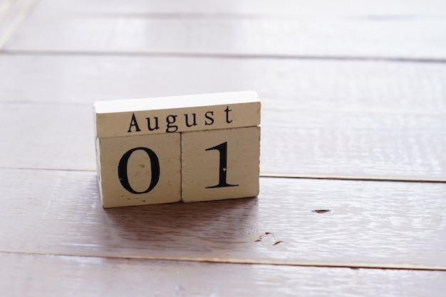 Primeiro dia de agosto, fundo colorido com calendário de madeira