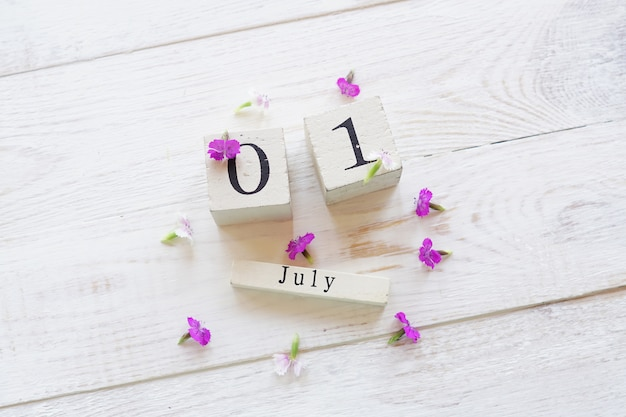Primeiro dia de julho, fundo colorido com calendário, flores