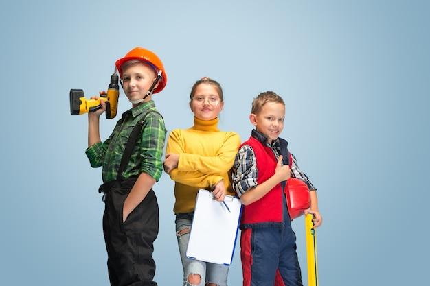 Primeiro passo. crianças sonhando com a profissão de engenheiro.