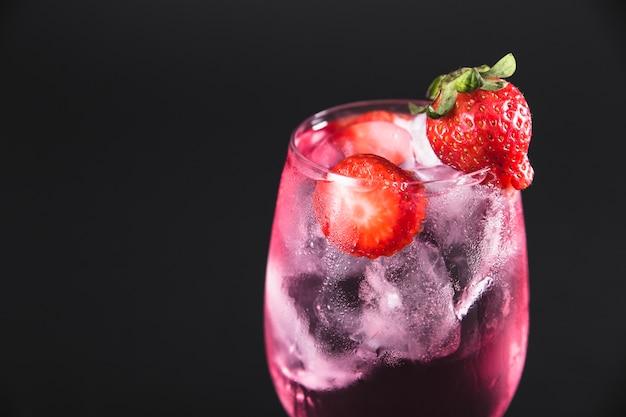 Primeiro plano de cocktail de morangos