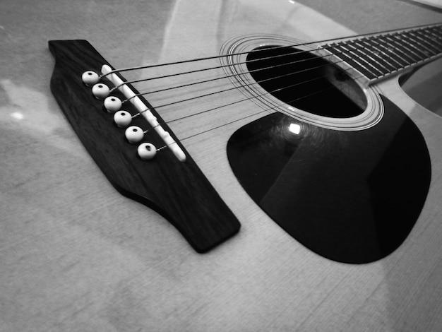 Primeiro plano de guitarra acústica