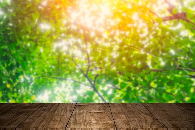 Primeiro plano de madeira com árvore verde