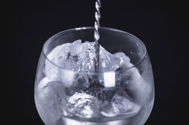 Primeiro plano do cocktail de gin