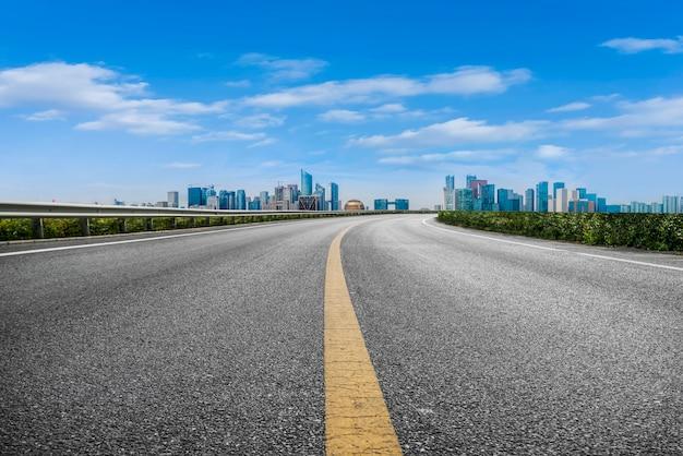 Primeiro plano, rodovia, asfalto, pavimento, cidade, predios, comercial, predios, edifício escritório