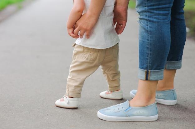 Primeiros passos com a ajuda da mãe