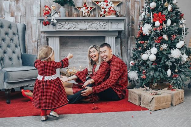 Primeiros passos da menina em casa com decoração de natal
