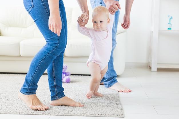 Primeiros passos garotinha aprendendo a andar