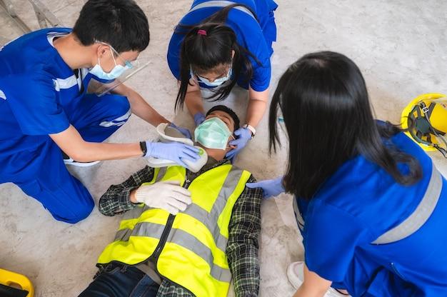 Primeiros socorros para ferimentos na cabeça e considerado para todos os incidentes de trauma do trabalhador no trabalho. treinamento de primeiros socorros para transferência de paciente, perda de sensibilidade ou perda de movimento normal.
