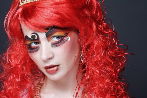 Princesa com cabelo vermelho brilhante