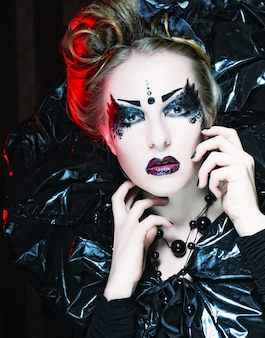 Princesa gótica bonita escura.