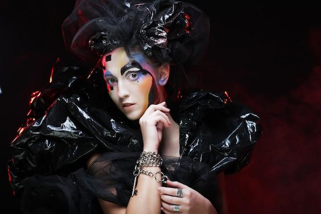 Princesa gótica linda escura na festa de halloween