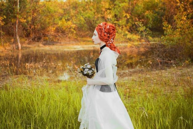 Princesa renascentista fabulosa vestido branco com penteado no fundo da natureza. rainha rococó no vestido de casamento branco. princesa fabulosa em fundo de natureza verão. imitação renascentista da rainha