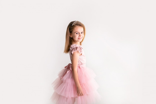 Princesinha linda dança no vestido rosa de luxo