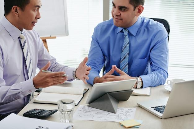 Principais executivos elaborando estratégia de negócios para o próximo período
