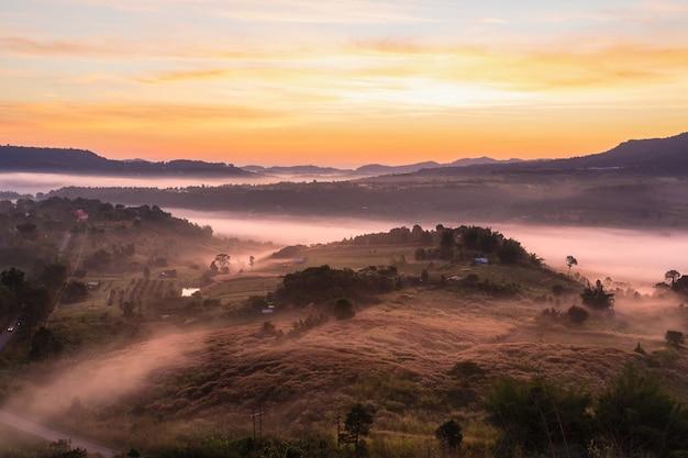Principais vistas da paisagem com a névoa em khao ta kean ngo, distrito de khao kho, phetchabun, tailândia