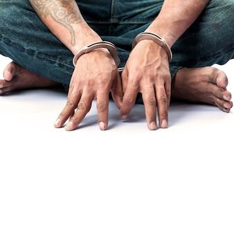Prisioneiro preso em algemas Foto Premium