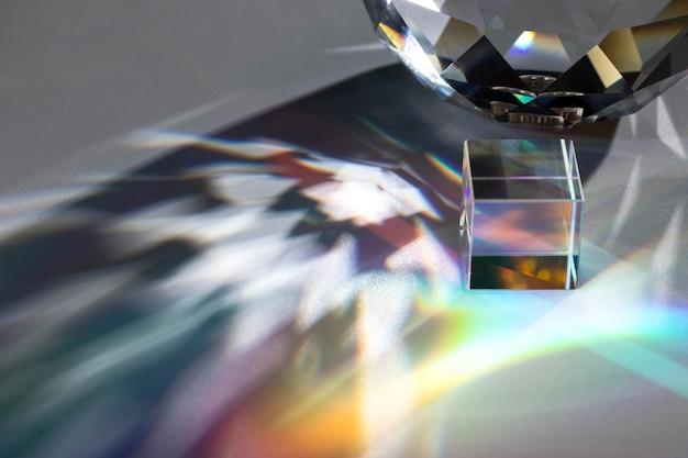Prisma dispersando luzes coloridas