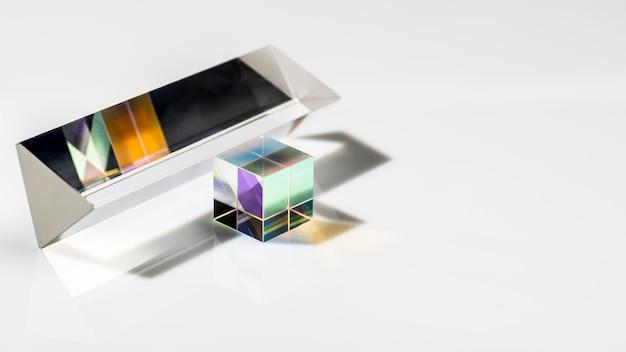 Prisma transparente cúbico e luzes