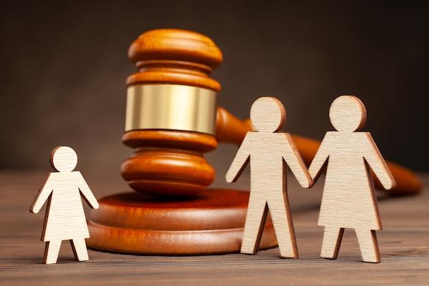 Privação dos direitos dos pais. a lei protege as crianças da violência dos pais. mãe e pai além da criança e o martelo do juiz.