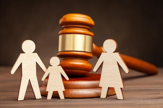 Privação dos direitos dos pais. mãe. a lei protege as crianças da violência materna. pai com filho além da mãe e o martelo do juiz