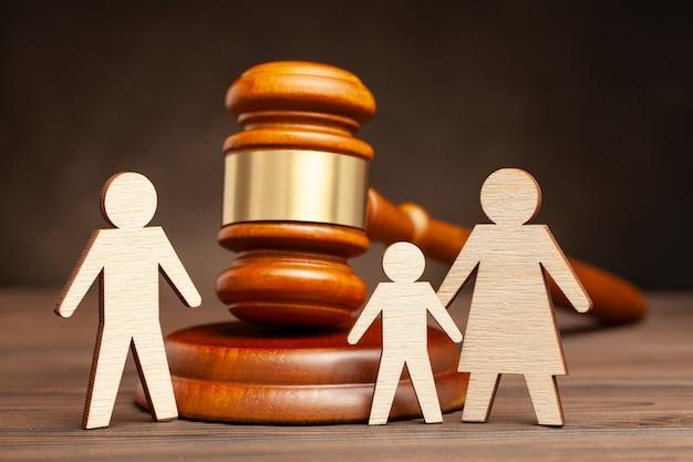 Privação dos direitos parentais do pai. a lei protege as crianças da violência do pai. mãe com filho além do pai e martelo do juiz