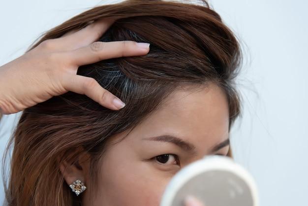Problema de cabelos grisalhos e queda de cabelo