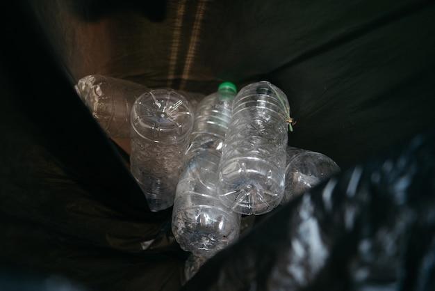 Problema de ecologia da garrafa de plástico. poluição ambiental.
