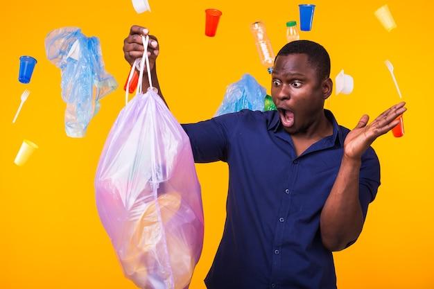 Problema de lixo, reciclagem de plástico, poluição e conceito ambiental - homem surpreso carregando