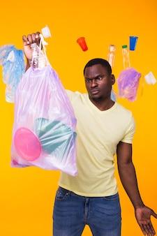 Problema de lixo, reciclagem de plástico, poluição e conceito ambiental - homem triste segurando um saco de lixo