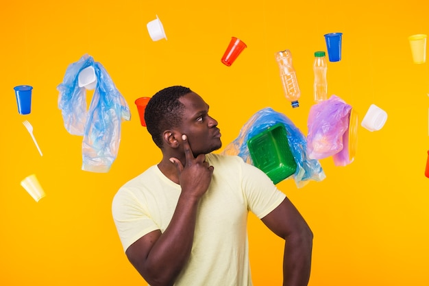 Problema de lixo, reciclagem de plástico, poluição e conceito ambiental - o homem afro-americano é