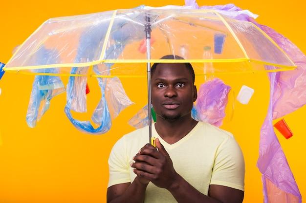 Problema de lixo, reciclagem de plástico, poluição e conceito ambiental - pensativo afro-americano