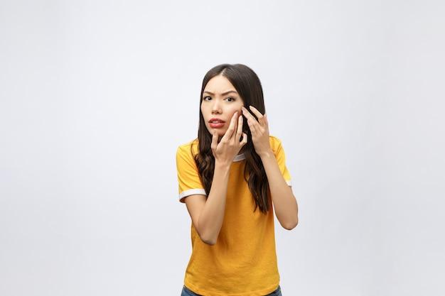 Problema de pele do rosto - jovem infeliz tocar sua pele isolada, conceito para cuidados com a pele