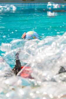 Problema de poluição de reciclagem de plástico de lixo e poluição de lixo de plástico de conceito ambiental em