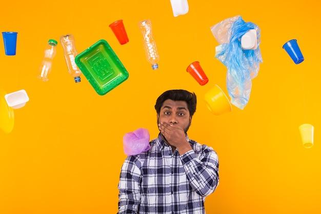 Problema de reciclagem de plástico, ecologia e conceito de desastre ambiental - homem indiano assustado cobrindo