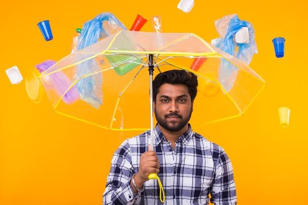 Problema de reciclagem de plástico, poluição e conceito de desastre ambiental - homem indiano sério
